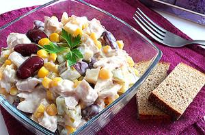 salat-s-kuricej-fasolyu-i-syrom