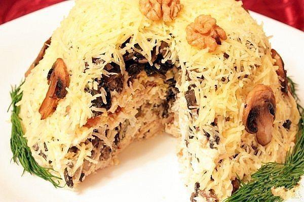 Нежный вкусный куриный салат с грибами для праздничного стола. И просто побаловать любимых.