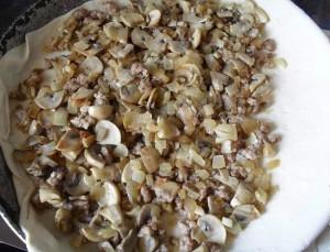 Слоеный пирог с грибами и фаршем.