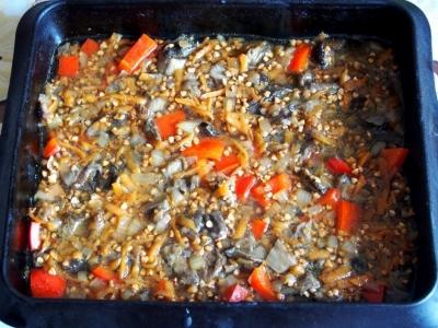 Гречка с грибами и овощами в духовке