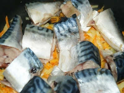 Рецепт скумбрии, тушеной с морковью и луком (5)