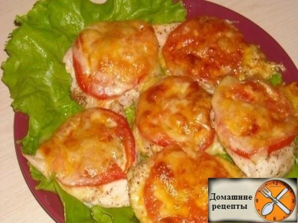 Если вы считаете, что куриное филе – это пресное, сухое и невкусное мясо, то вы просто не знаете хорошего рецепта его приготовления. Сегодня кулинарный сайт Cook-s.ru предлагает вам вместе с нами приготовить вкусное, сочное и аппетитное куриное филе, запеченное в духовке с сыром и помидорами.