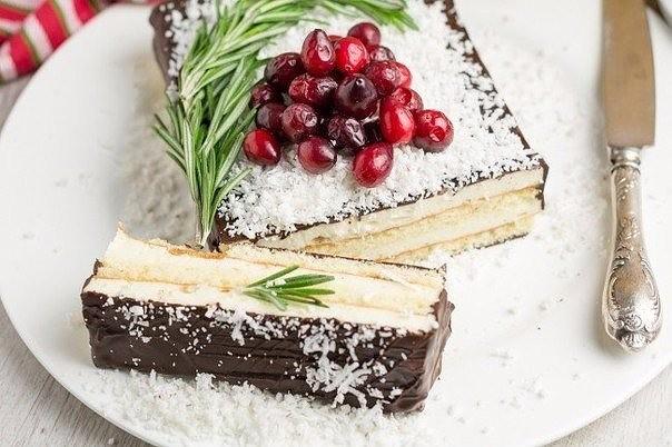 Этот грандиозный торт изобрели в легендарной кондитерской при ресторане «Прага» на Арбате в 1980 году. Казалось, нет ничего проще, чем испечь дома незамысловатое суфле. Ан нет! Секрет московских кондитеров был в том, что нежная, пушистая, воз 8
