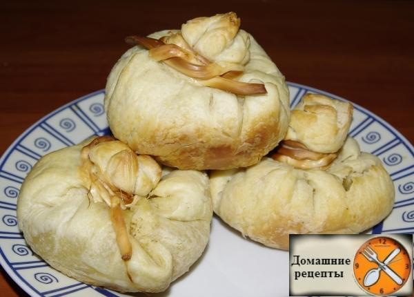 Печеные мешочки из теста с мясом и луком