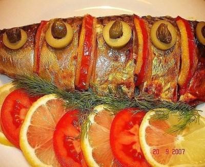 3. ВКУСНАЯ СКУМБРИЯ В ФОЛЬГЕ Продукты нужны такие: - две скумбрии; - один помидор; - одна луковица; - один лимон; - зелень; - соль, перец; - майонез; Готовить будем вот так: Рыбу хорошо вымыть, сделать несколько надрезов. Посолить, поперчить. Нарезать полукольцами помидор, лук, лимон. Положить в каждый надрез эти овощи. Во внутрь тушки кладем мелко нарезанный укроп или петрушку. Смазываем слегка майонезом. Заворачиваем в фольгу. Запекаем минут 15-20 (в зависимости от размера рыбы.) В конце разворачиваем фольгу и оставляем на пару минут под грилем для образования румяной корочки). 9