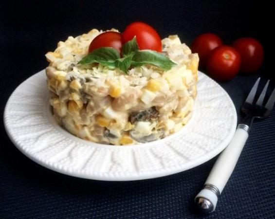 Салат с фасолью, кукурузой и грибами